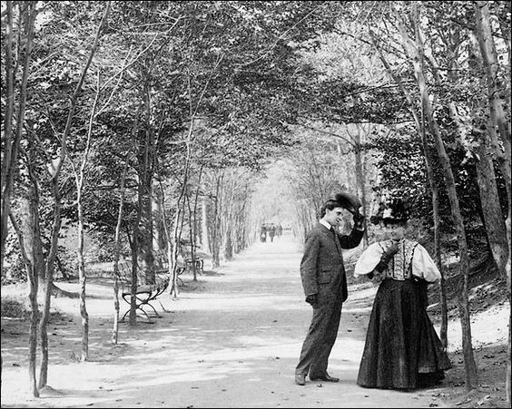 Lovers Lane in Central Park, iconic photograph. Image: Pinterest.